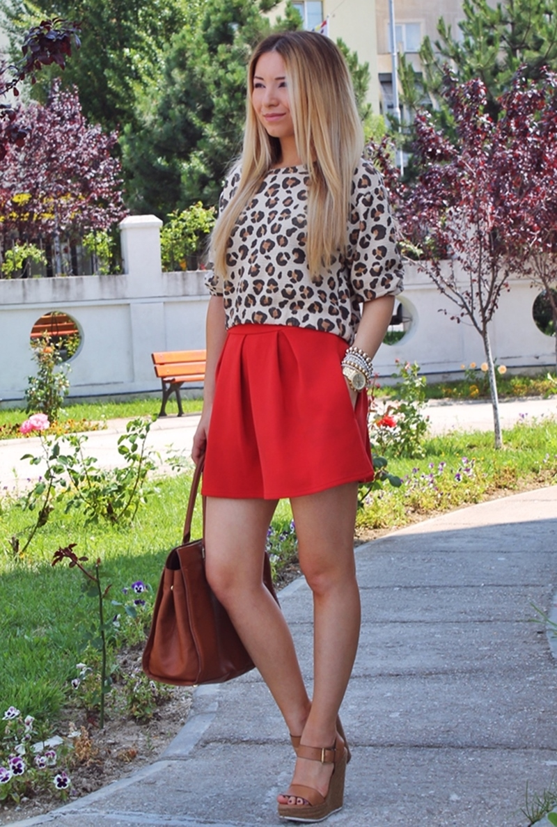 Street style - pleated short red skirt, leopard print Zara blouse, brown wedges, brown hm bag - summer look - fashion blogger Romania