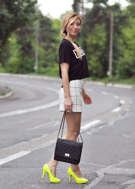Tinuta de vara cu pantofi neon - tricou Moschino si fusta mini in carouri Andreea Design