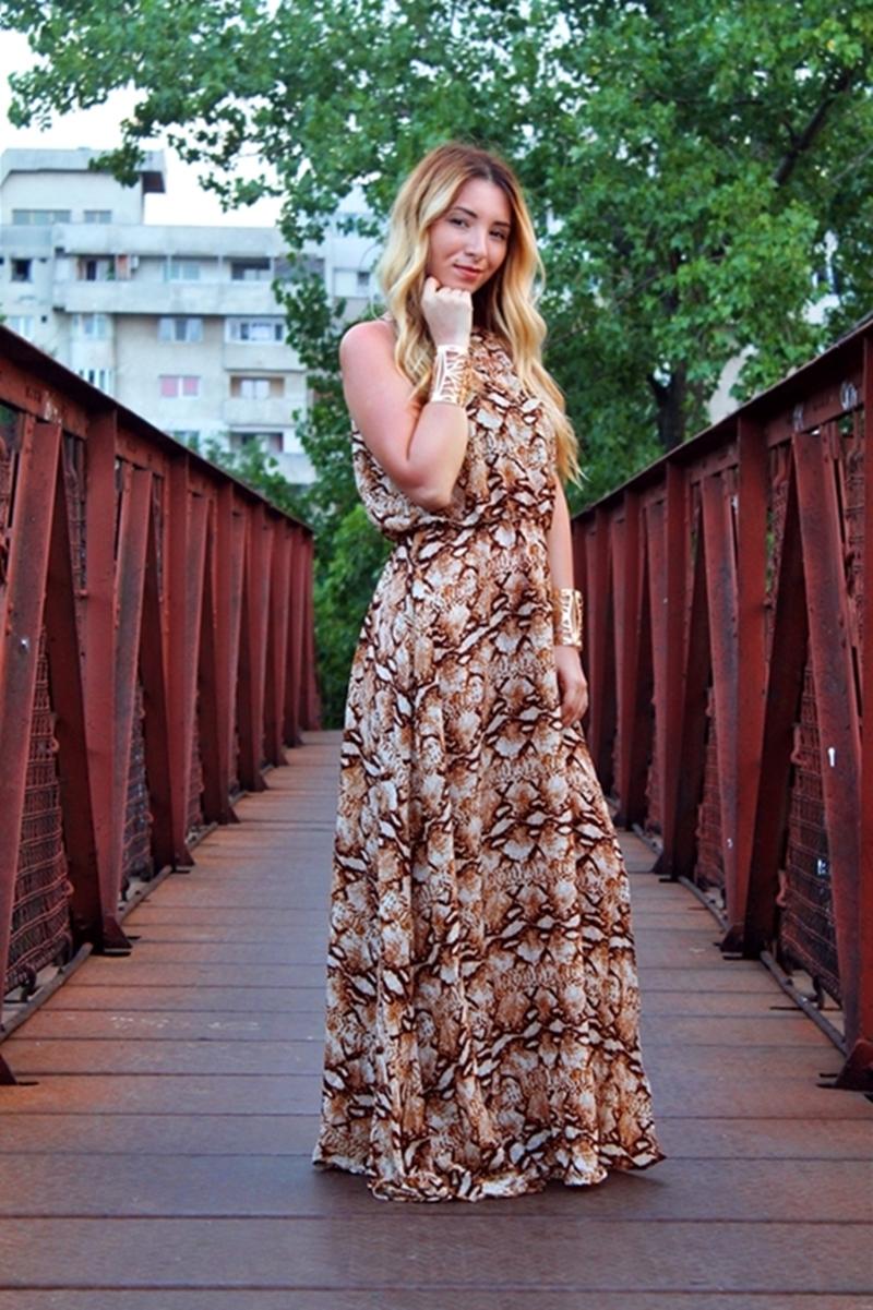 Rochie lunga maxi cu imprimeu leopard - Tinuta de vara cu sandale gladiator maro | Andreea Ristea blogger de moda Pitesti, Arges