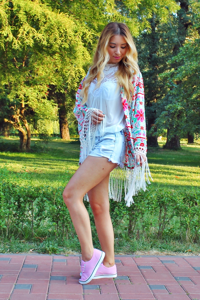 Street style - floral print pink white kimono - short jeans, white lace blouse, pink sneakers - ootd - fashion blogger Andreea Ristea