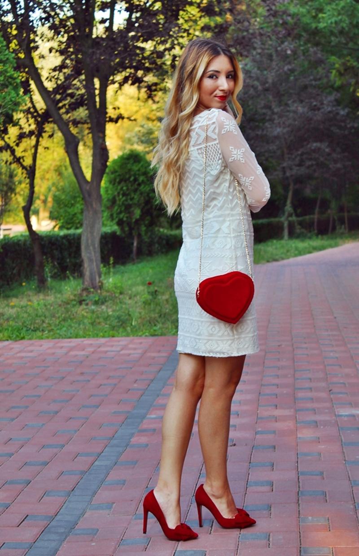 Rochie alba cu pantofi rosii