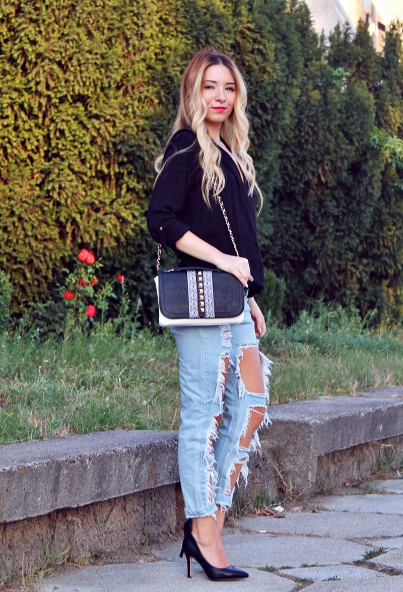 Tinuta de vara cu blugi rupti, camasa neagra asimetrica, pantofi negrii - blogger de moda