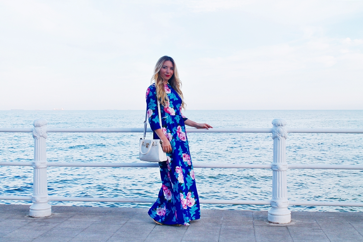 Cazino Mamaia - rochie albastra cu imprimeu floral - travel post - blogger de moda Andreea Ristea