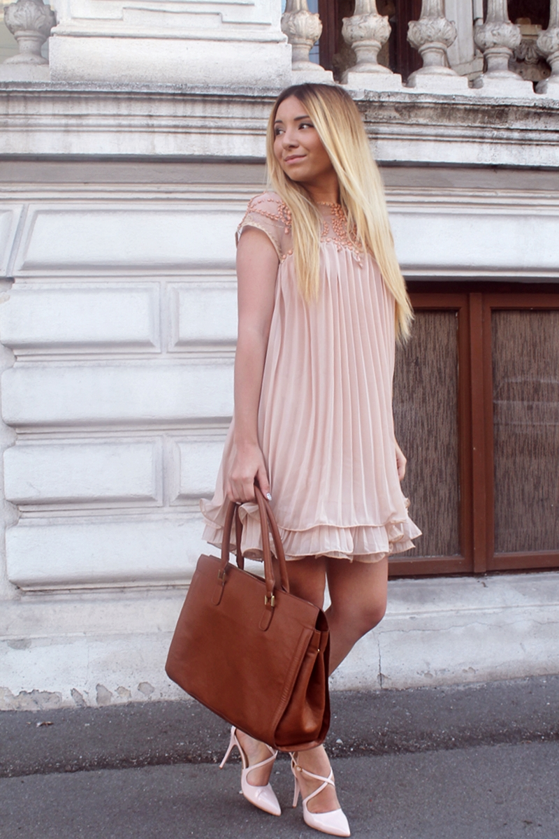 Street style: nude apricot dress - fashion blogger