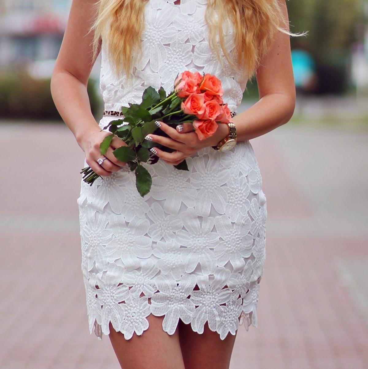 Buchet trandafiri portocalii, rochie alba dantela