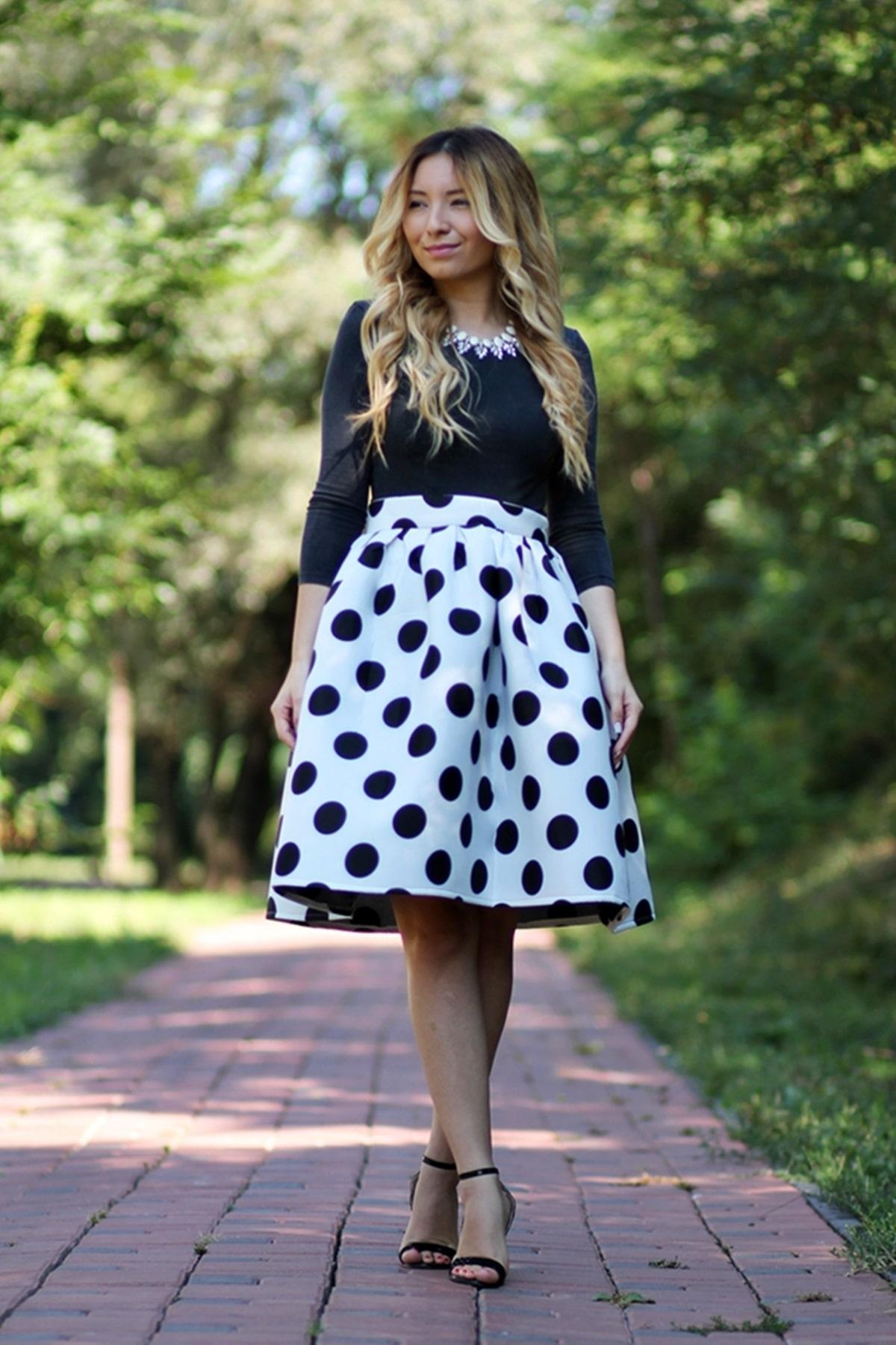 Tinuta de vara: fusta midi alba cu buline negre, top crop negru, sandale clasice cu toc negre, andreea ristea blogger moda