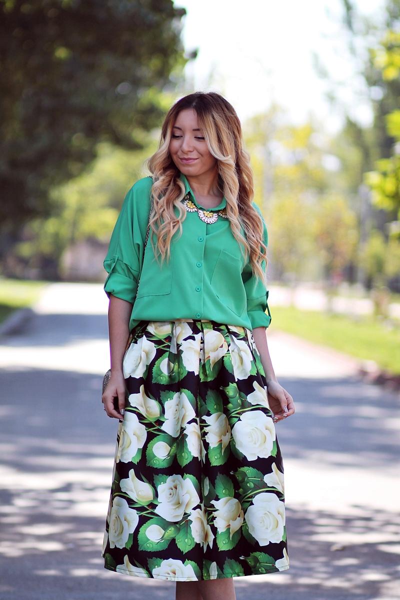 Tinuta de vara: fusta cu imprimeu floral verde, negru, alb, galben. Lungime midi
