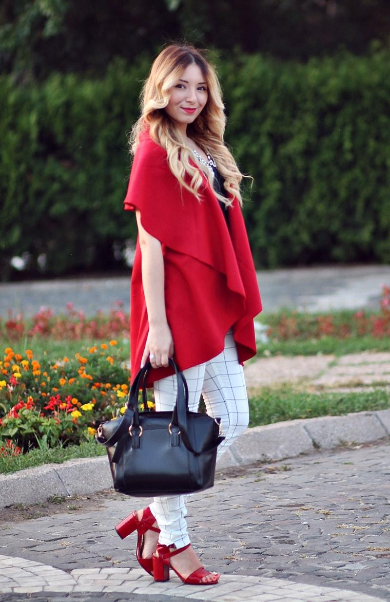 pantaloni carouri albi, vesta rosie oversized, geanta neagra, tinuta primavara, andreea ristea