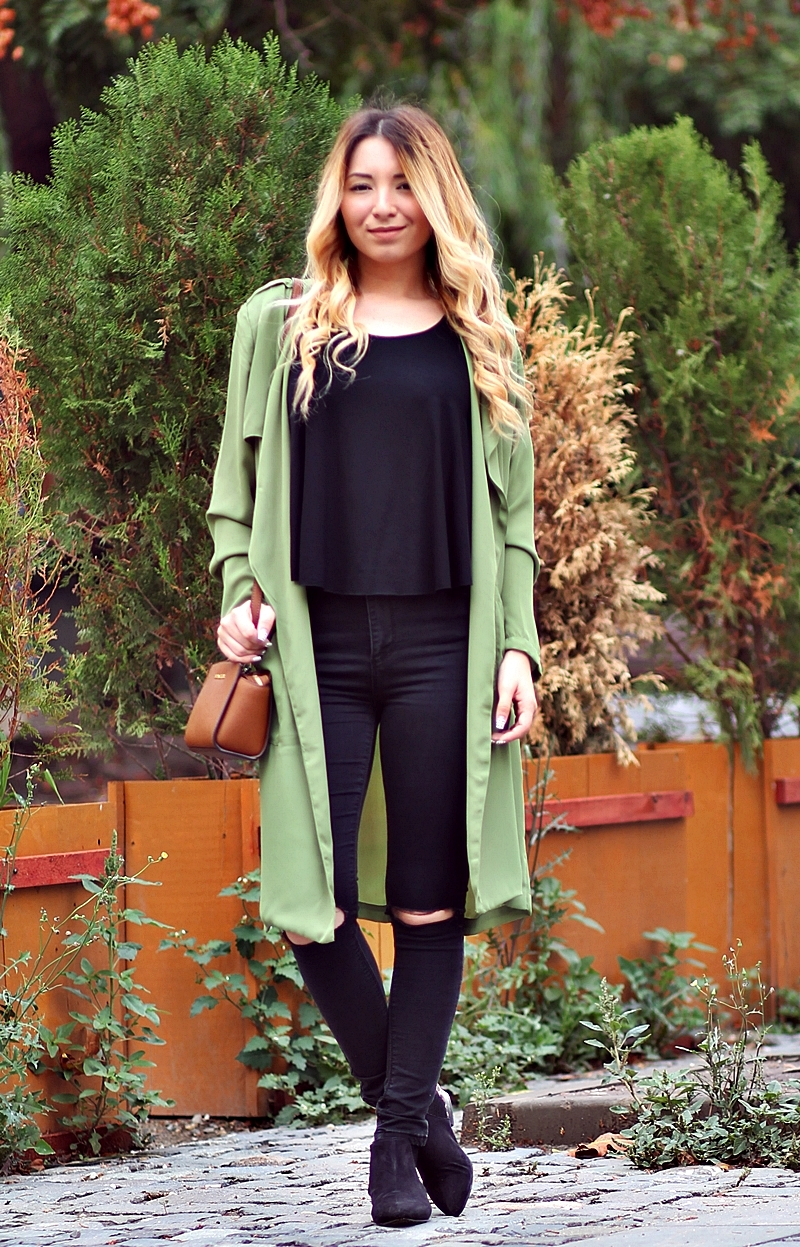 Tinuta de toamna: totul negru, trench coat verde militar