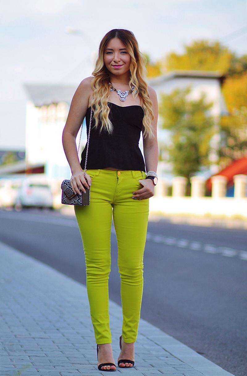 Kurtmann - tinuta de vara: Pantaloni verde lamaie si top tip corset