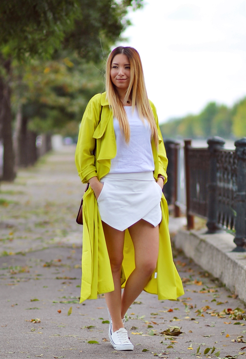 Street style: yellow trench coat, all white outfit, autumn look, zara asymmetrical short pants, white basic t-shirt