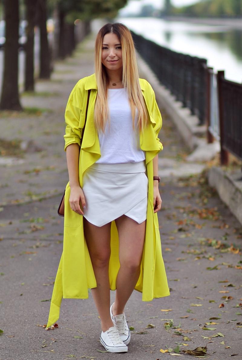 Tinuta de toamna: pantaloni asimetrici albi zara, tricoul basic alb, trench-ul galben neon shein