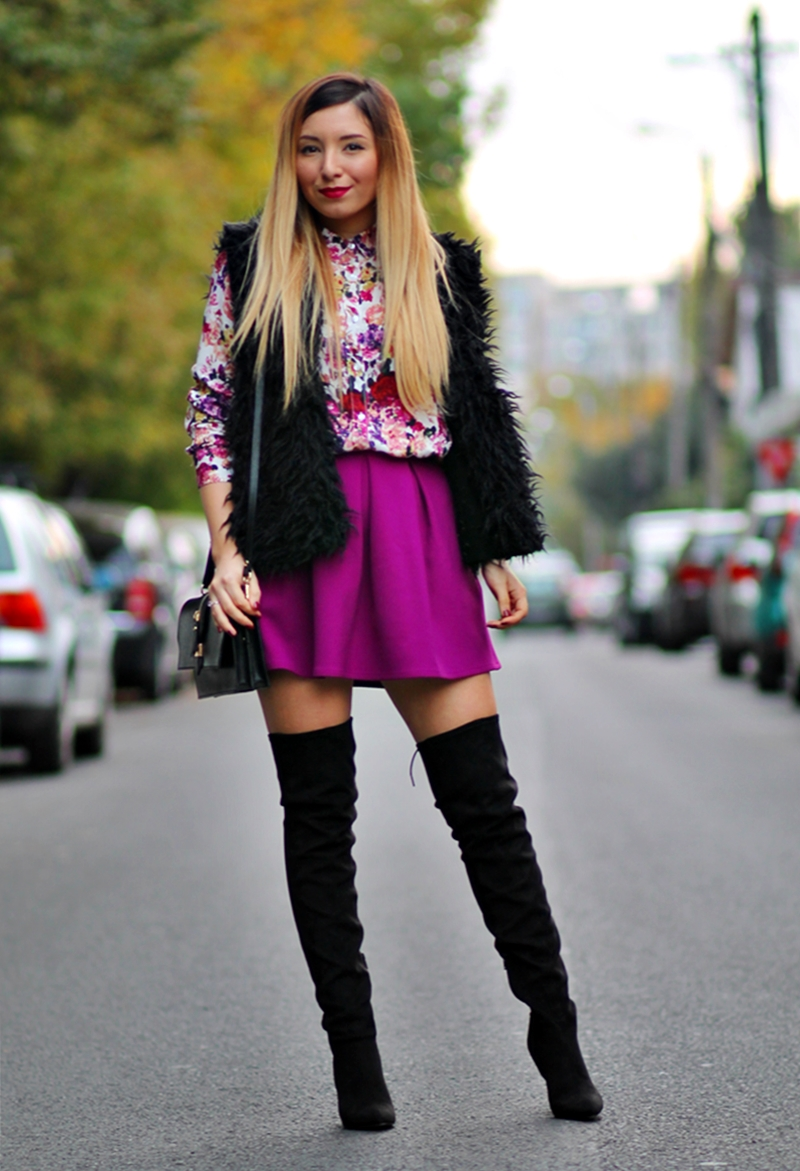Street style: over the knee black boots, purple pleated skirt, floral print shirt, faux fur black vest, Renata Corsi black bag, autumn look, outfit of the day. Andreea Ristea blogger de moda