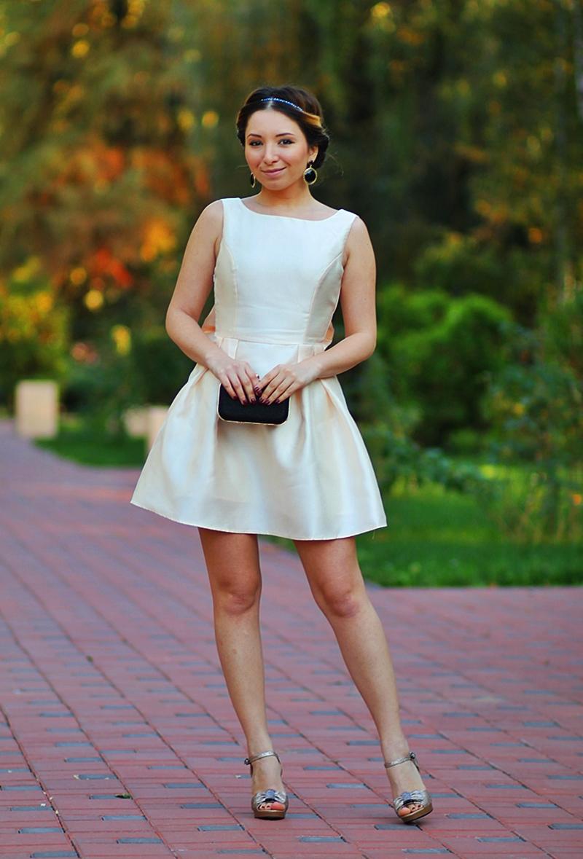 Rochie eleganta scurta cu pliuri, aurie - Sandale aurii cu negru