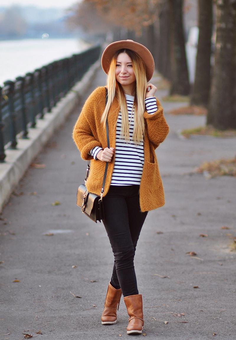 Tinuta de toamna: cardigan galben mustar, bluza in dungi, cizme maro, geanta Renata Corsi