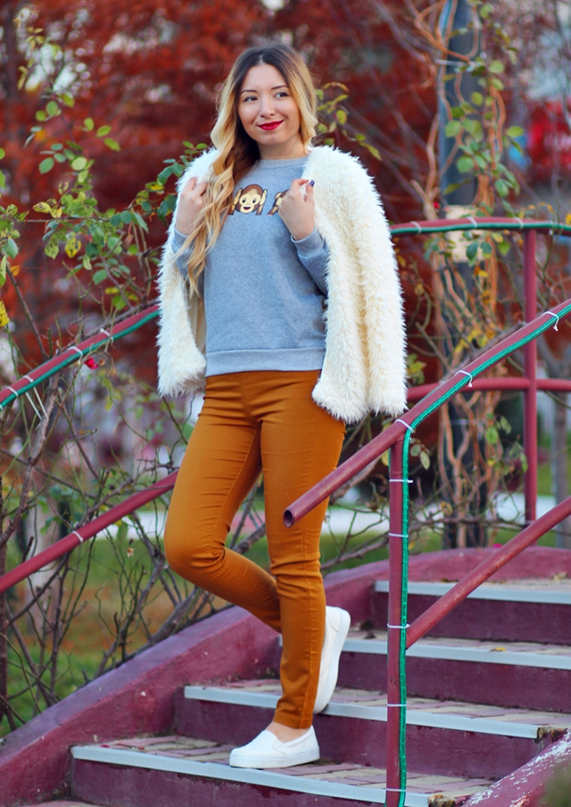 Street style: brown pants, monkeys emoticons grey blouse, fluffy white jacket