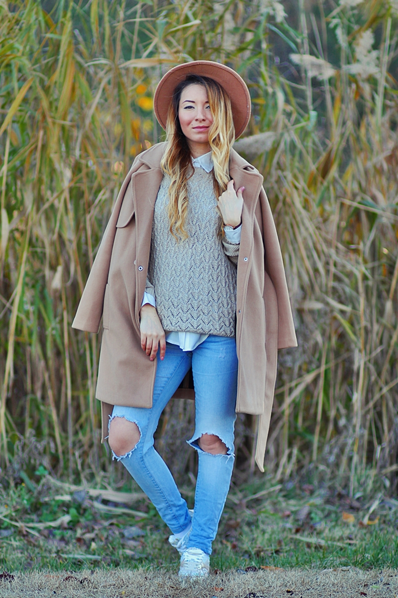 Street style - shades of nude: camel coat, nude sweater, ripped jeans, camel hat - Fashion Blogger Andreea Ristea