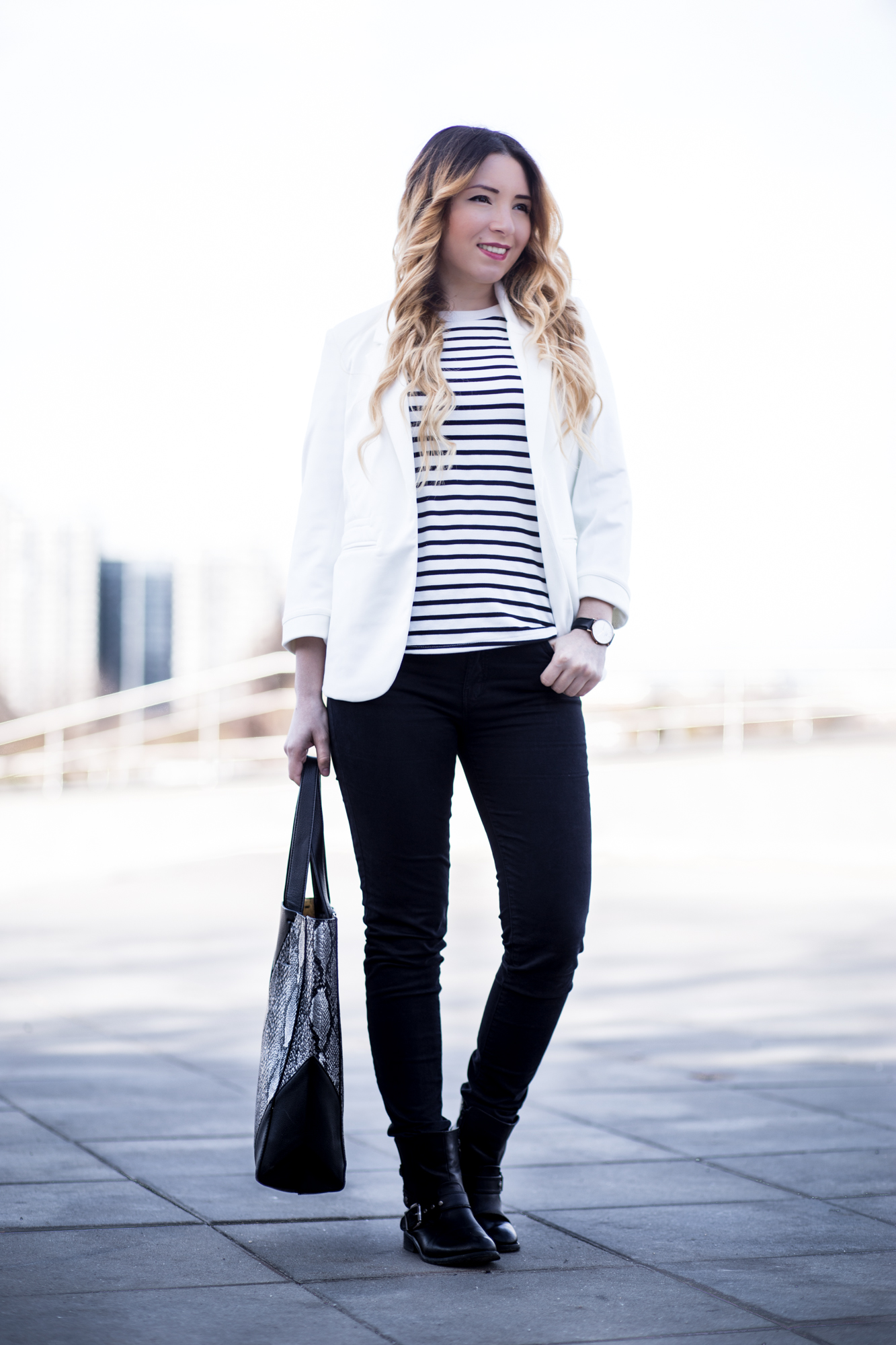 Street style: classic combo black and white outfit, white SheIn blazer, white black stripes blouse, black skinny jeans, black biker boots, snake print bag, daniel wellington watch