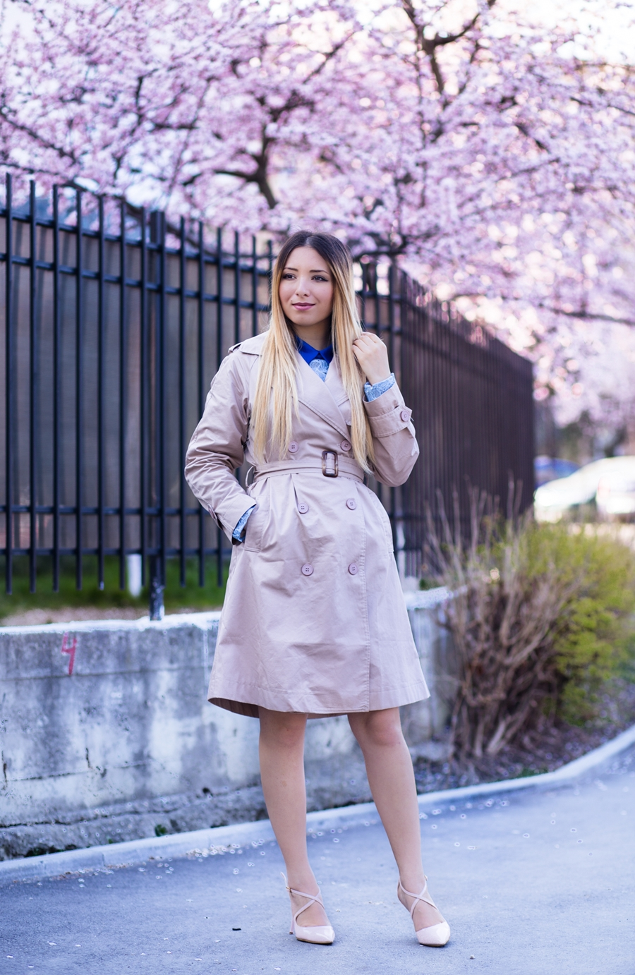 Street style: classic nude trench coat, nude shoes, spring look, blossoming trees