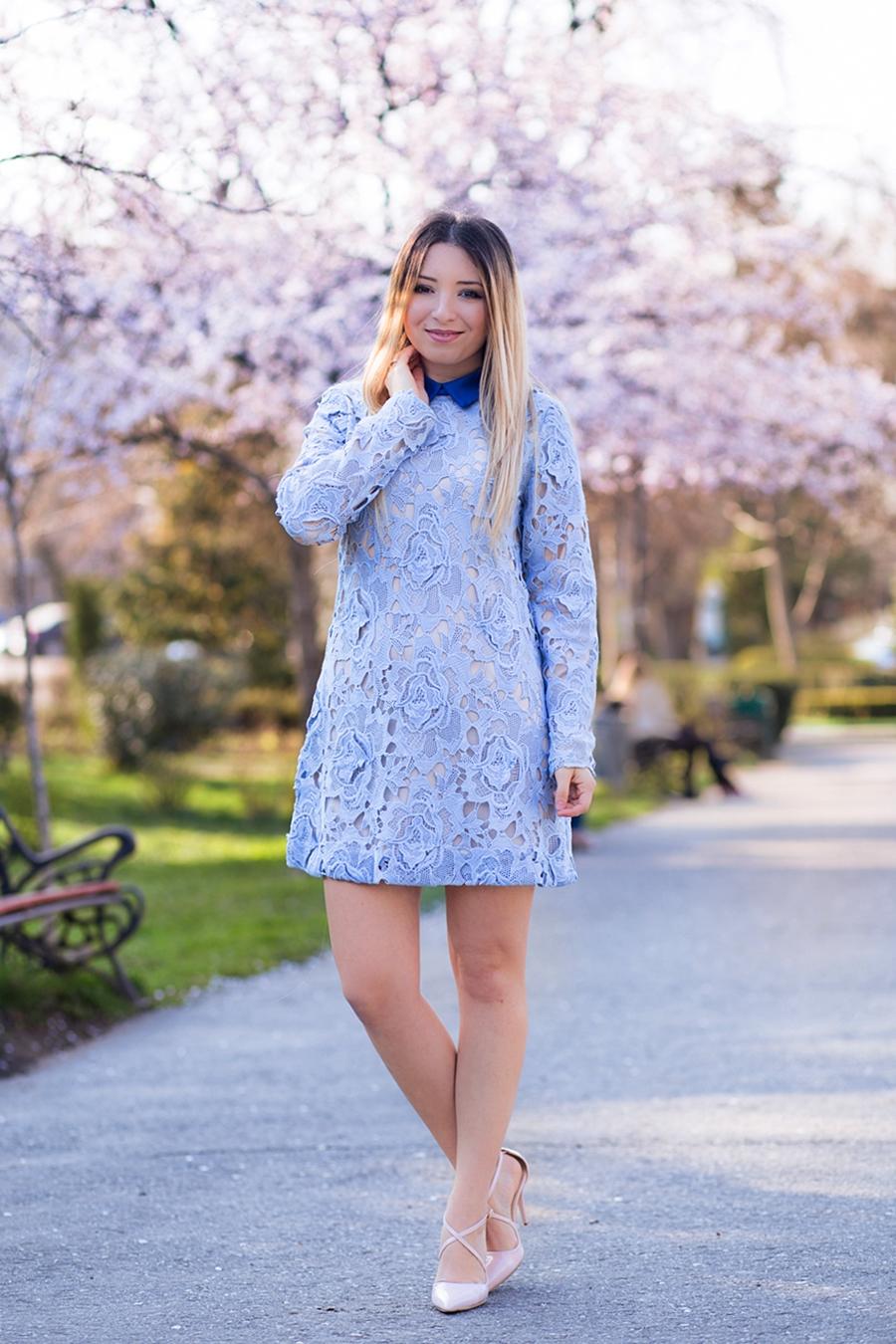 Andreea Pantilinescu - cum purtam rochia din dantela albastra, bleu serenity? Tendinte in moda. Tinuta de primavara copaci infloriti