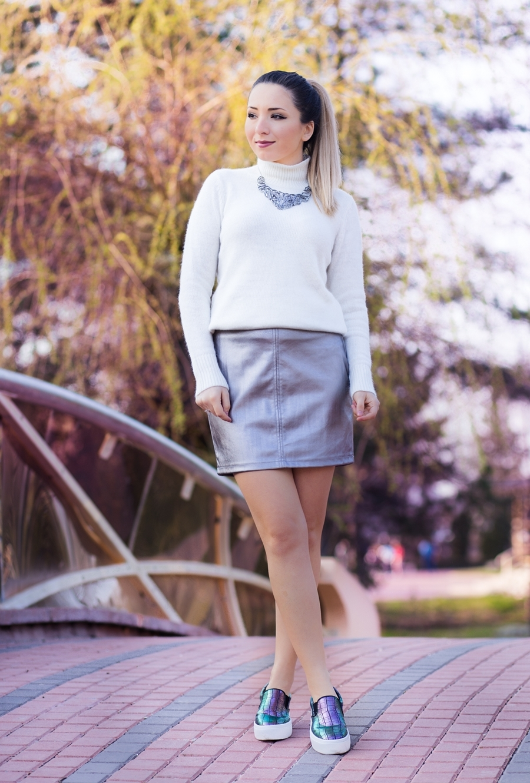Tinuta de primavara: fusta cu pulover si tenesi, pantofi sport