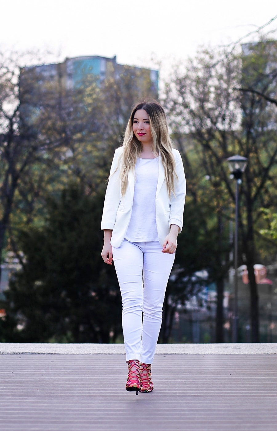 Street style - all white outfit, white skinny jeans, white basic t shirt, white blazer, multi color heeled sandals