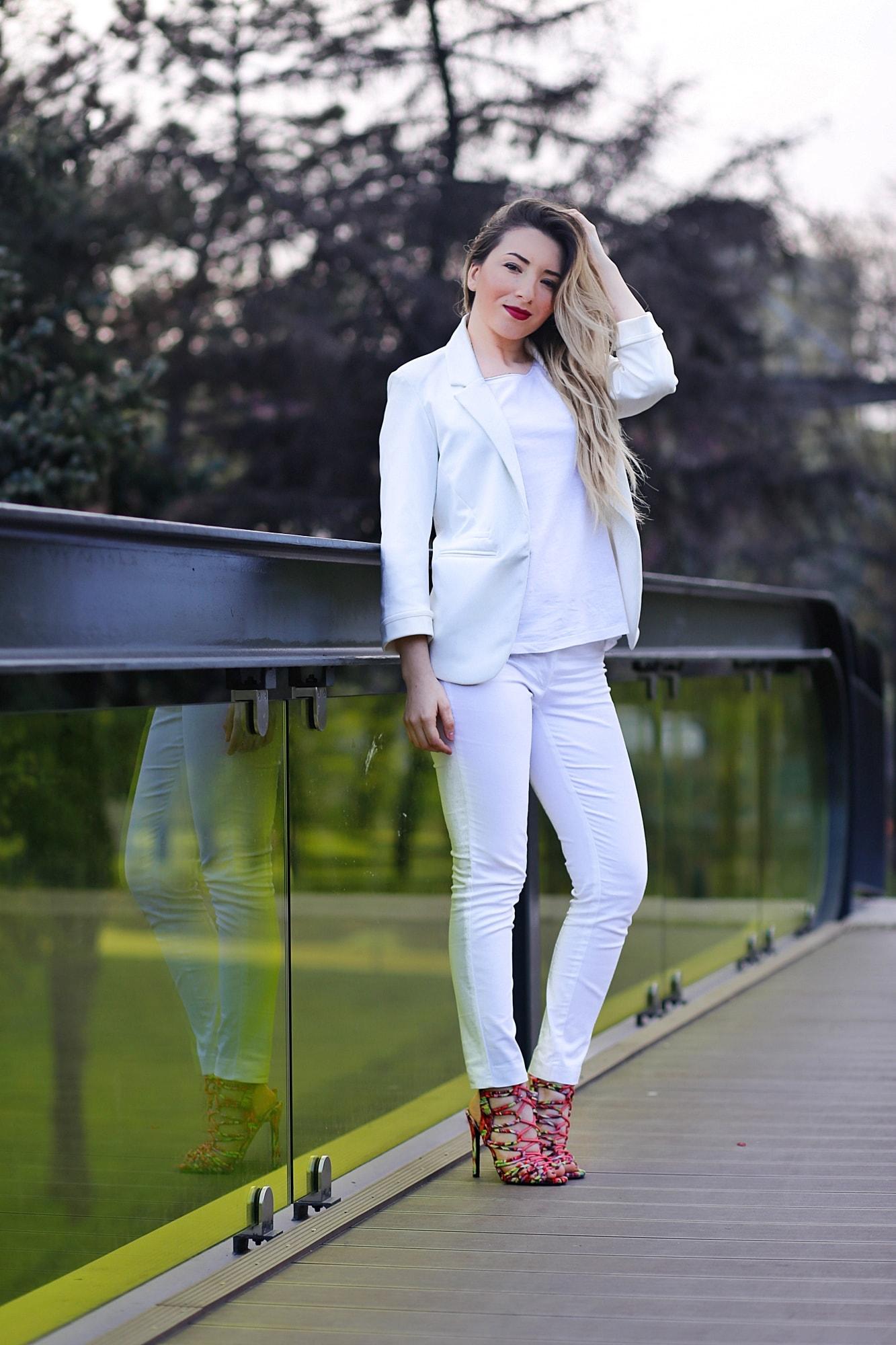 Andreea Ristea - tinuta de primavara totul alb cu sandale colorate cu toc by amiclubwear