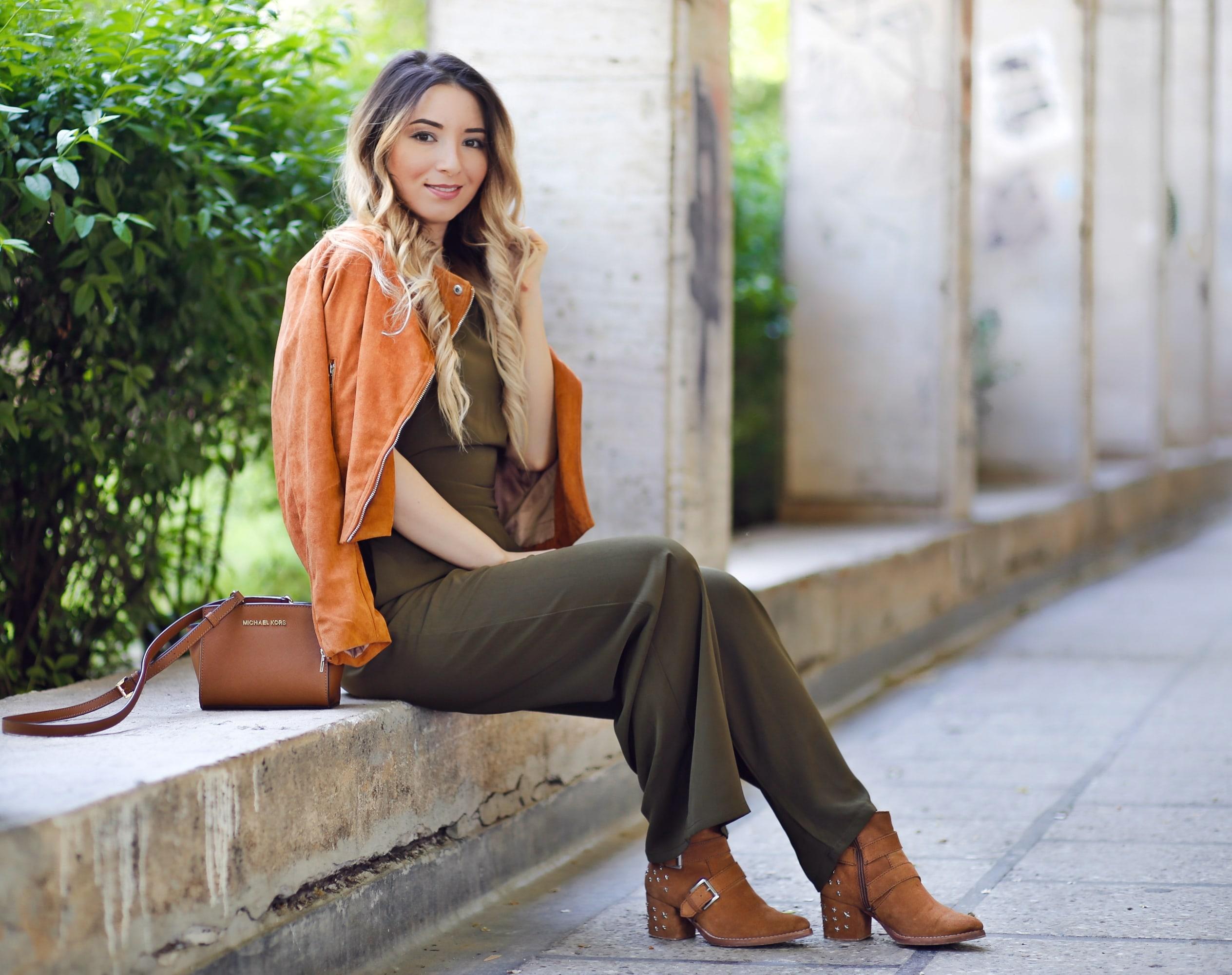 Andreea Ristea - tinuta de primavara, salopeta lejera, vaporoasa, verde militar, jacketa tip suede, imitatie piele caprioara, SheIn
