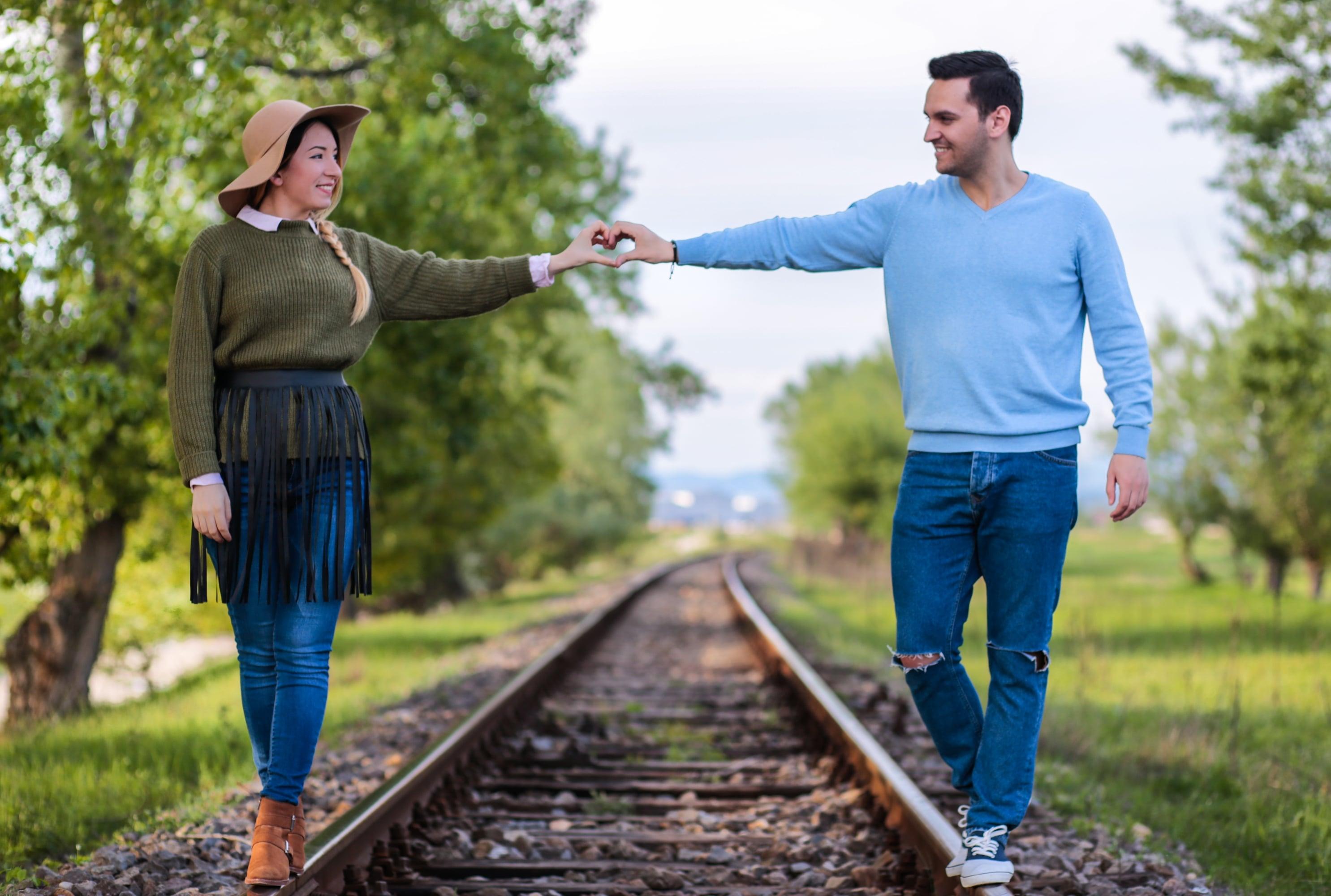 Andreea si Adrian Ristea - fotografie cuplu calea  ferata - Canon 6D