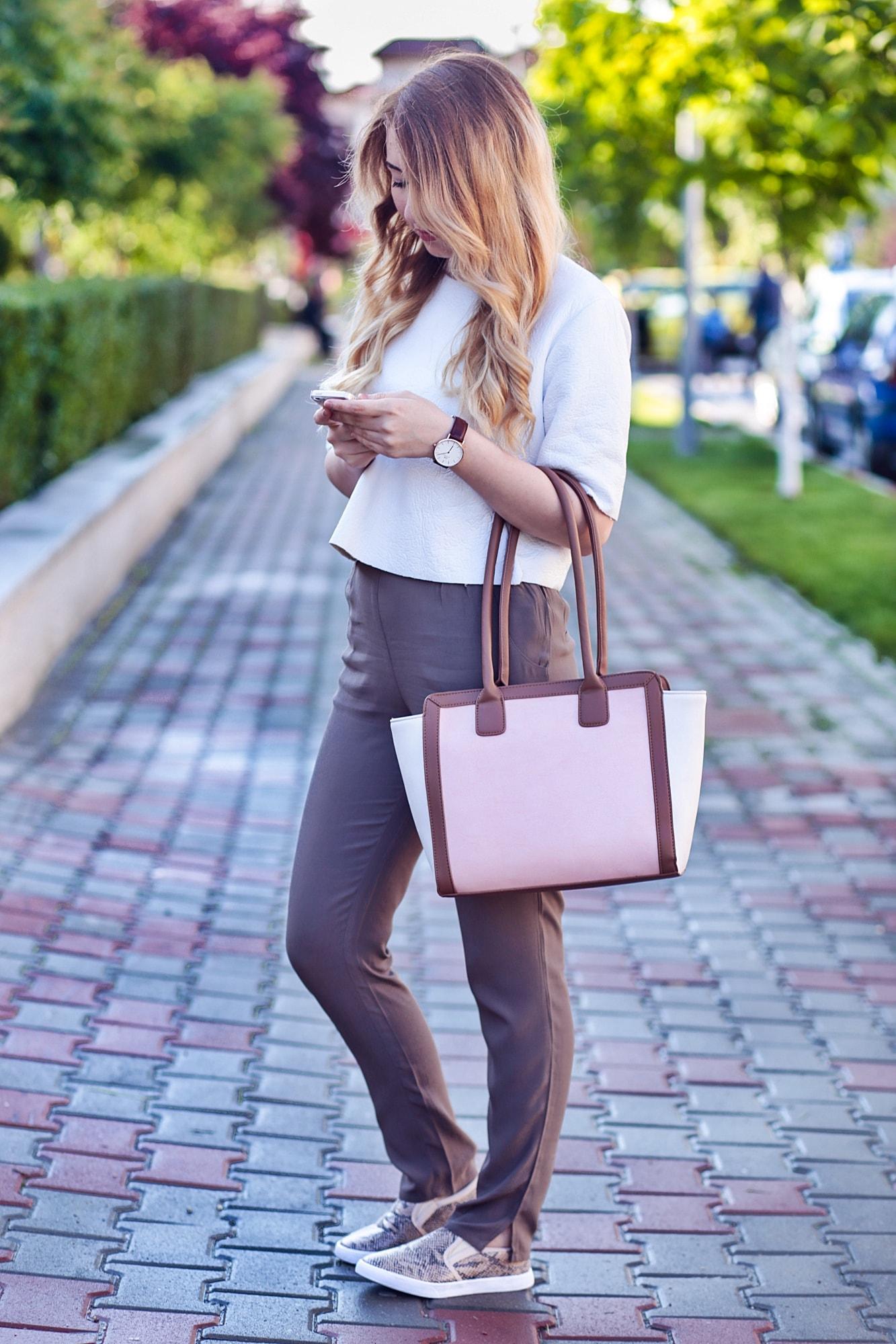 Tinuta casual chic, smart casual, primavara, bonprix, geanta trei culori, sneakersi, snake print, bluza neopren, kurtmann, ceas daniel wellington, fashion blogger, Andreea Ristea