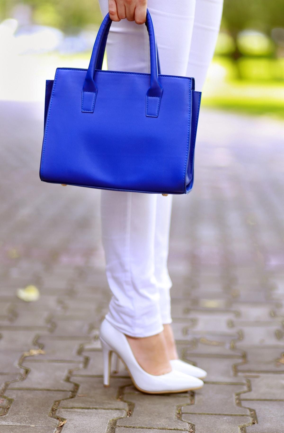 geanta albastra si pantofi albi - tendinte in moda, blogger andreea ristea
