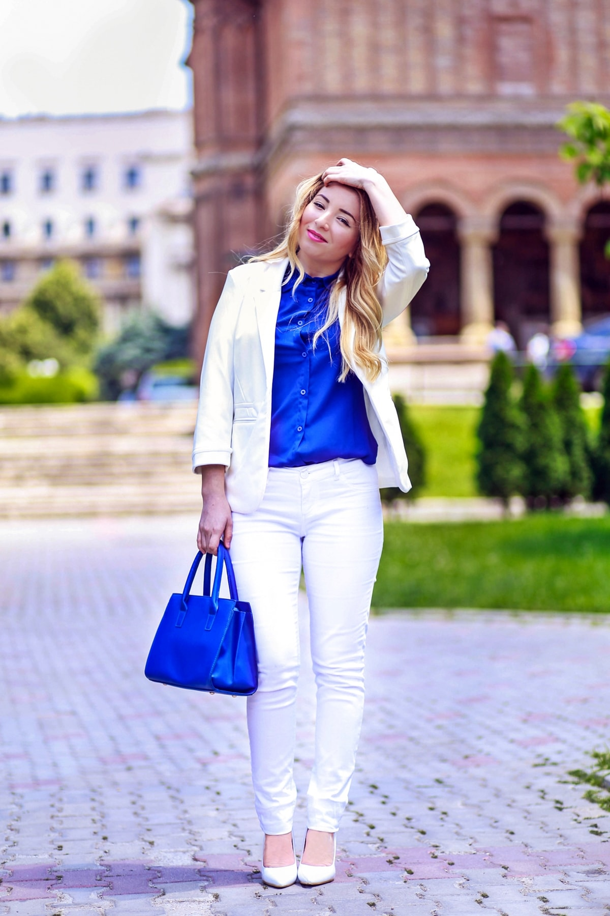 andreea ristea - cum purtam alb si albastru, idei de tinute, tinuta office, geanta albastra, pantaloni albi, sacoul alb