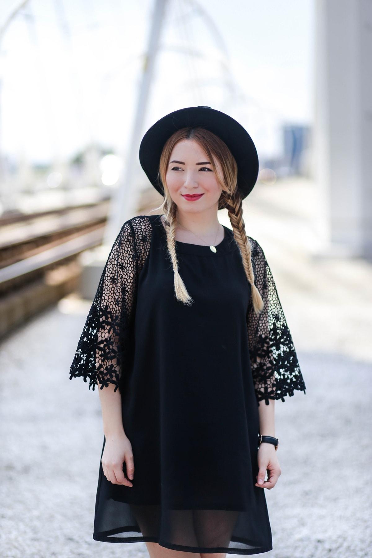 rochie neagra cu croi lejer, in A, cu maneci evazate din broderie, andreea ristea blog