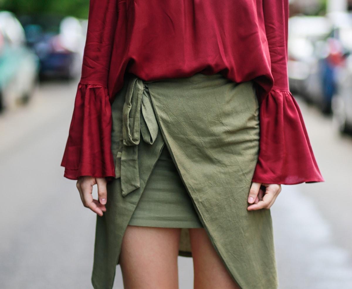 Fusta verde militar wrap, asimetrica, bluza burgundy cu umerii goi - cum purtam? tinuta de vara, andreea ristea blog