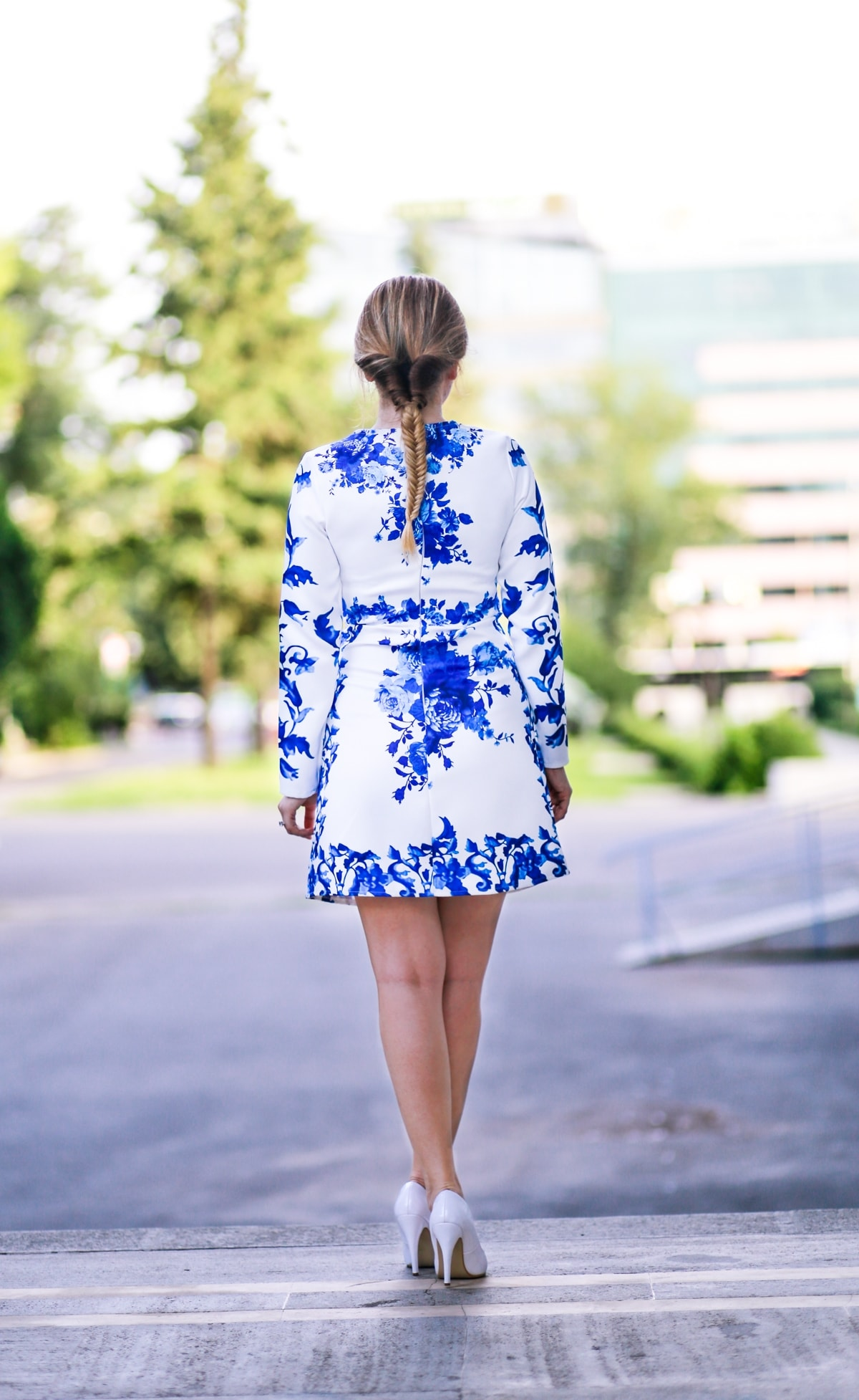 Street style - floral prind dress, white and blue, santorini inspired print