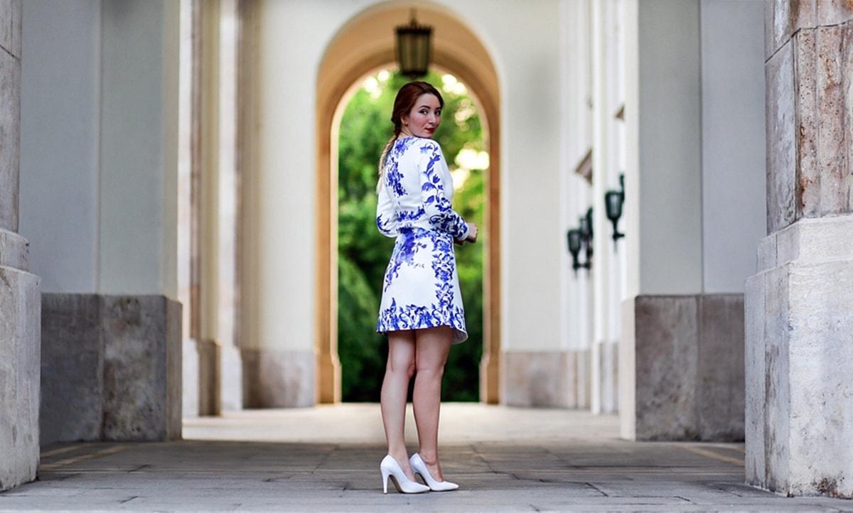 Cum purtam pantofii albi? rochie cu maneci lungi, cu imprimeu floral, alb albastru
