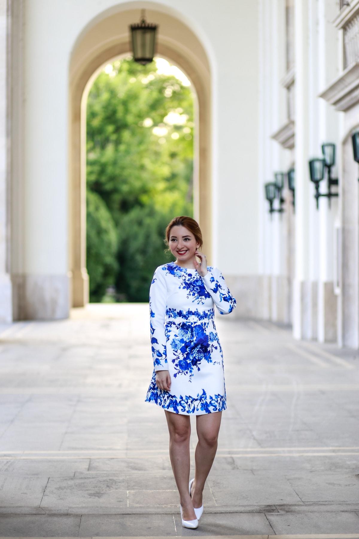 Andreea Ristea - rochie cu imprimeu de vacanta, imprimeu floral alb albastru - Santorini