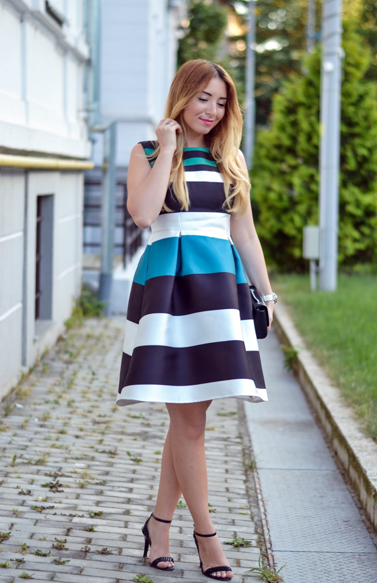 Tinuta eleganta de vara: rochie tafta, dungi colorate