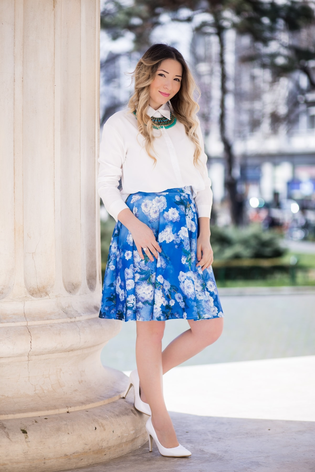 tinuta de vara, fusta andreea design albastra cu flori, camasa alba, pantofi albi