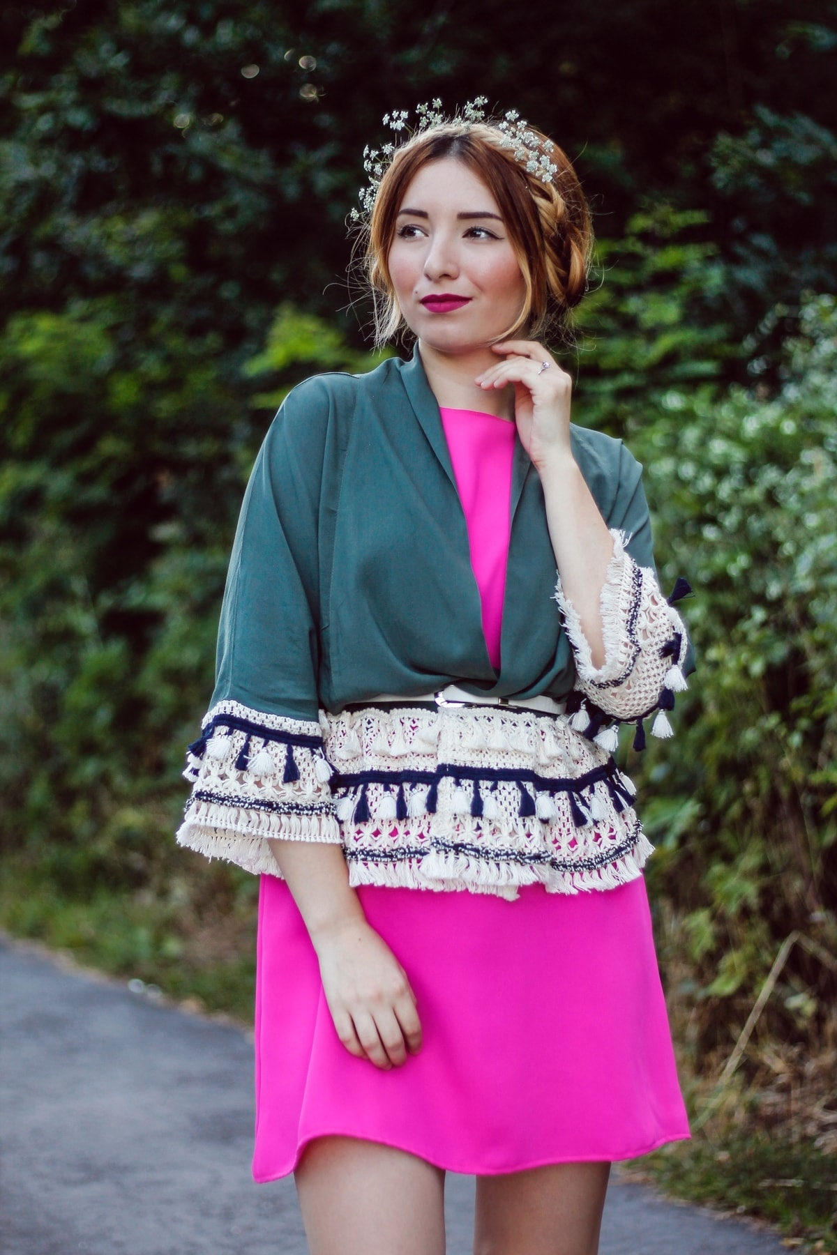 Andreea Ristea - fashion is fun - rochie roz fucsia si kimono verde militar cu ciucuri