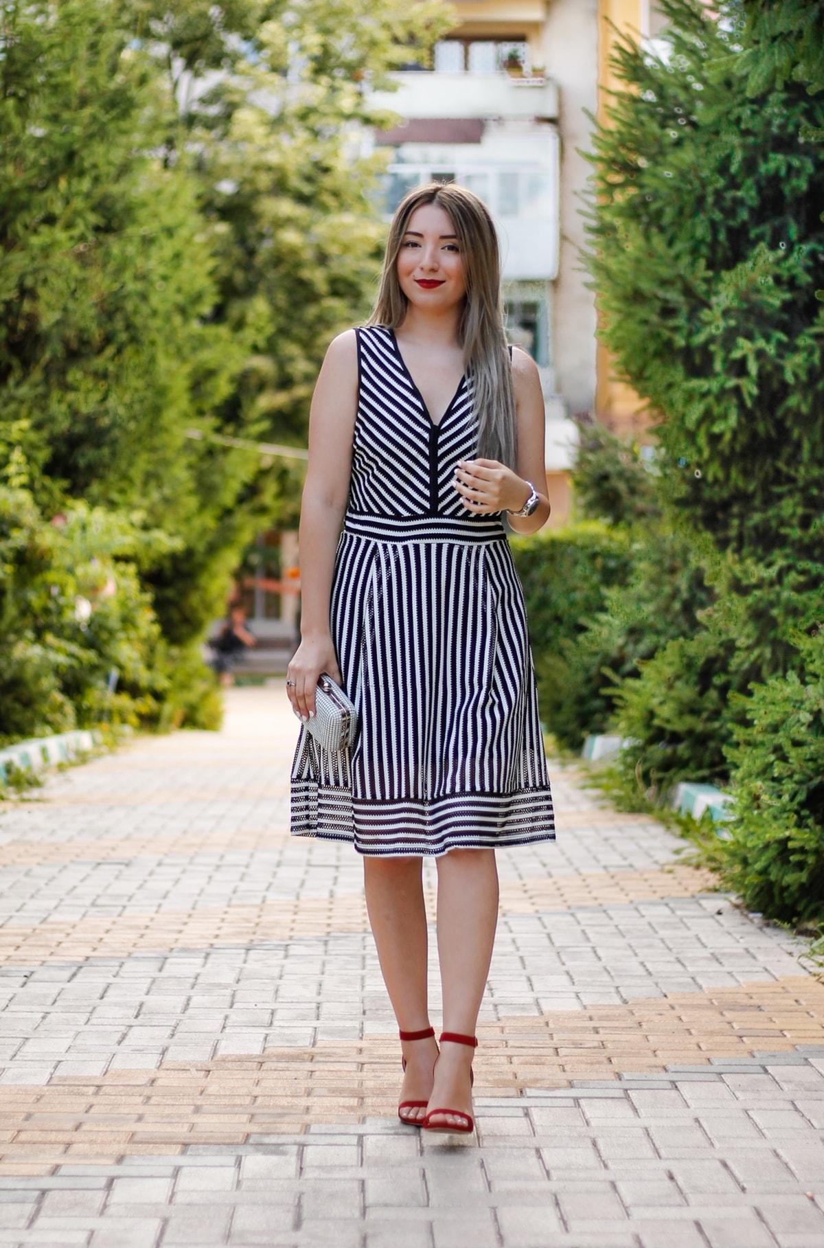 Tinuta de vara: alb, negru si rosu - rochia in dungi, tendinte vara 2016