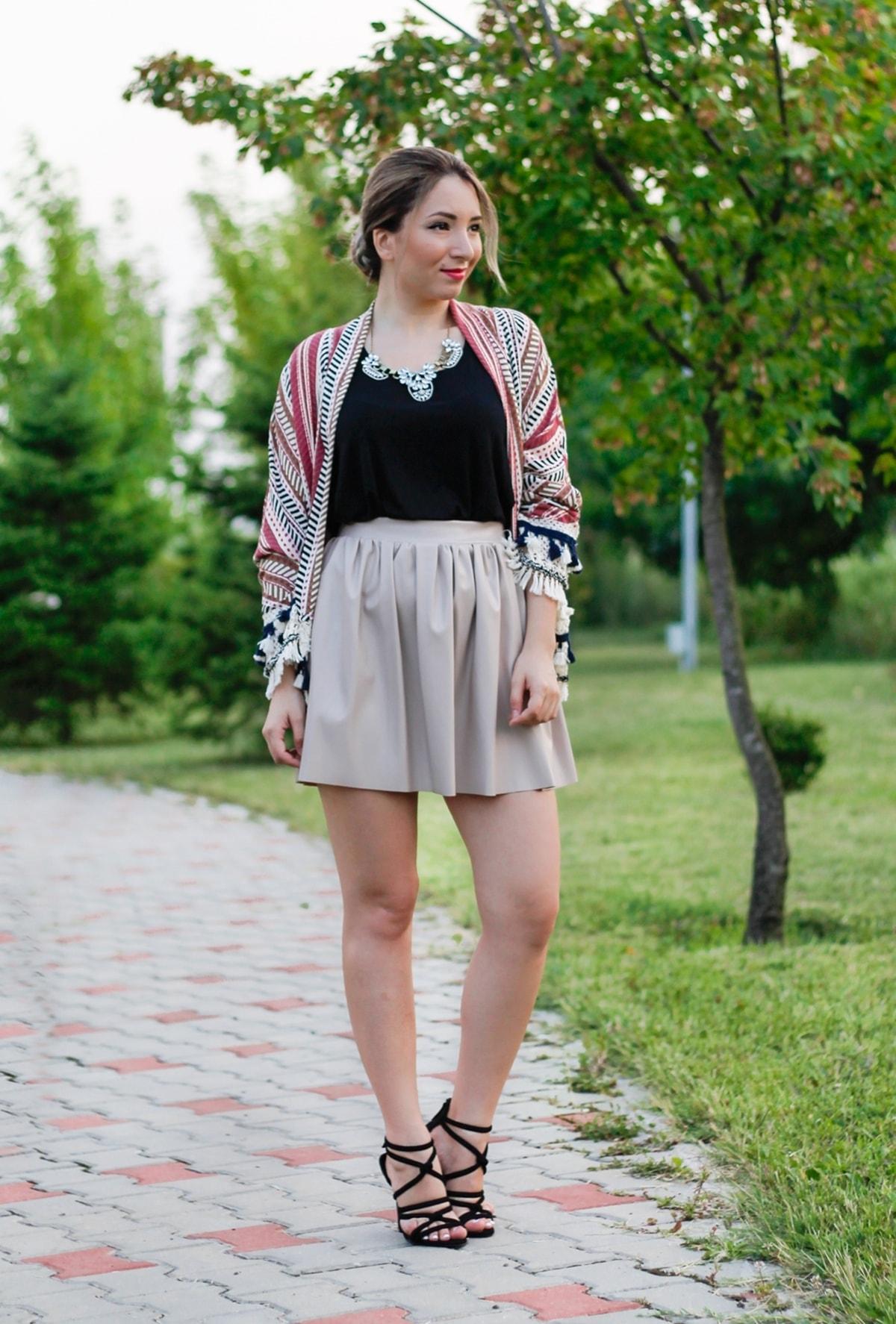 Tinuta de vara: fusta imitatie de piele, incretita, beige, top negru, kimono dungi si ciucuri, sandale cu nod zara, andreea ristea blogger moda