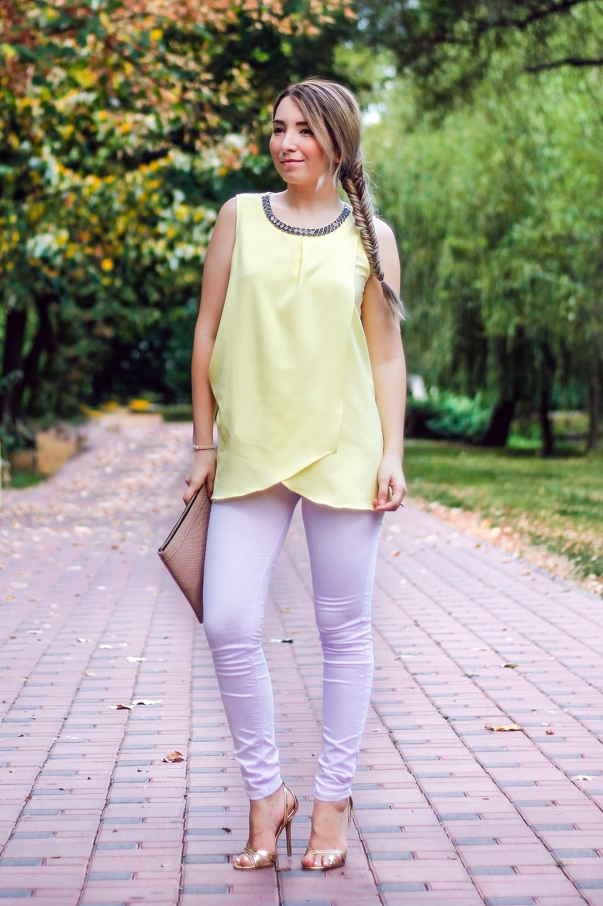 Street style: yellow top, light purple skinny jeans, pastels, outfit, summer look, golden sandals, beige clutch, andreea ristea, fashion blogger
