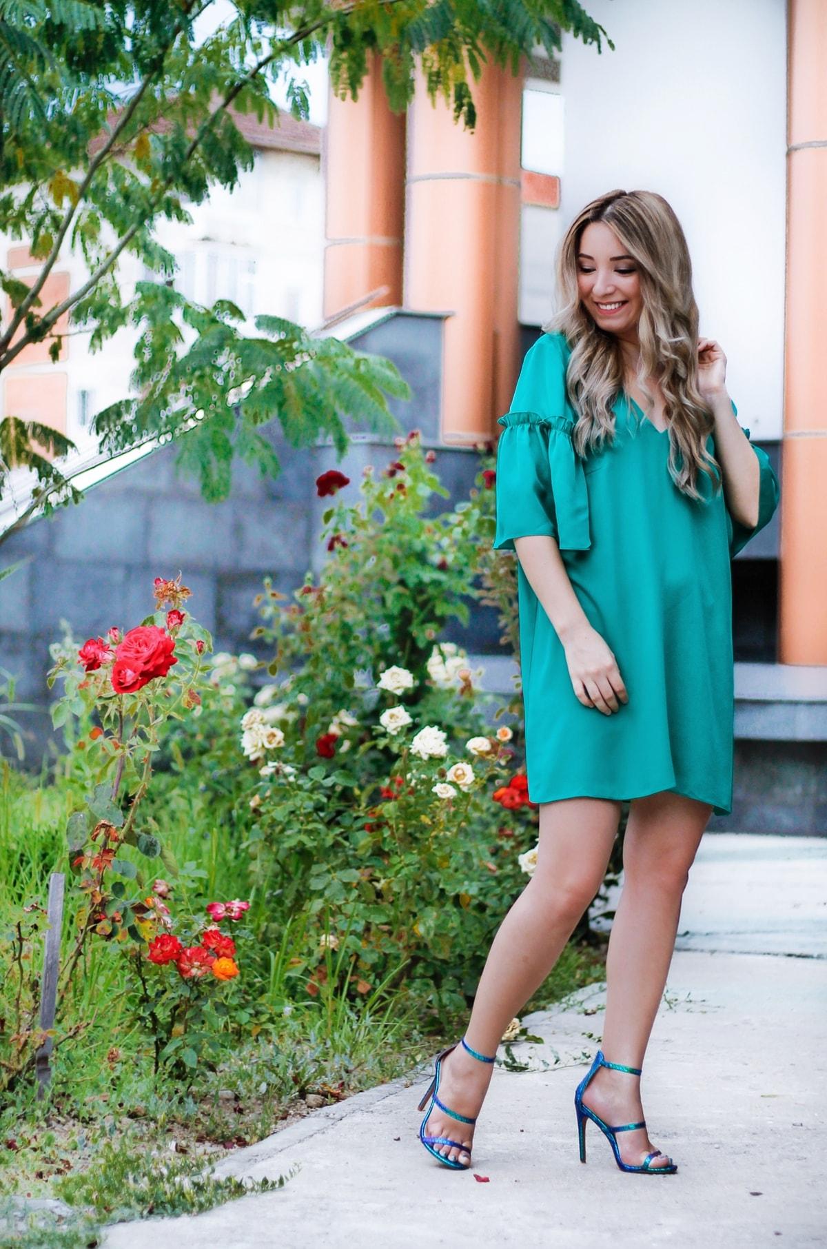Andreea Ristea: rochie de ocazie verde Poema, sandale cameleon verde-albastrui, blogger moda , tinuta de vara