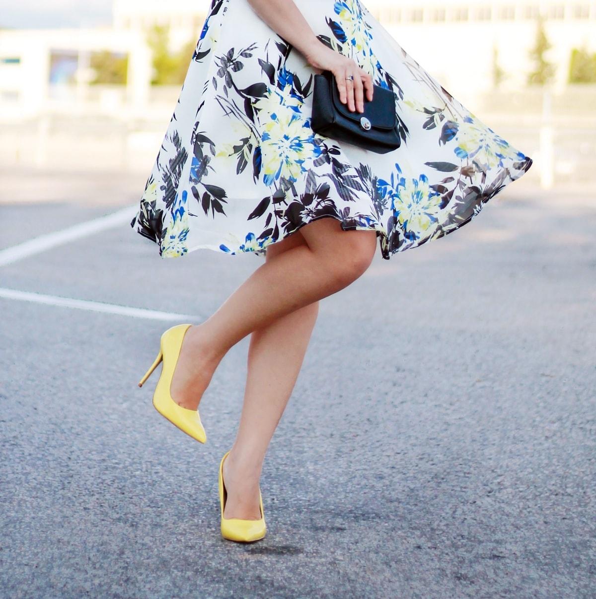 rochie imprimeu floral de vara, vaporoasa, pantofi galben pastel, stiletto, poema