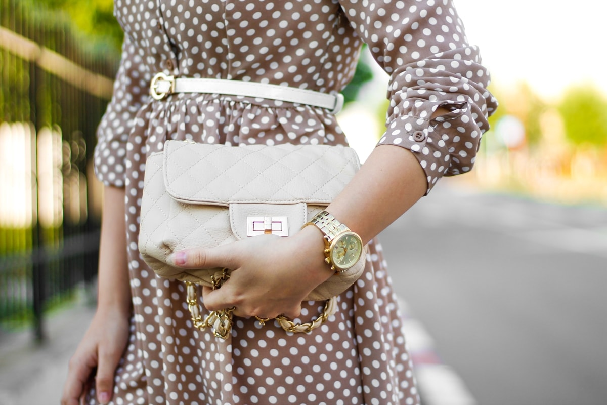 street style: nude bag, nude dress with white dots, michael kors golden watch