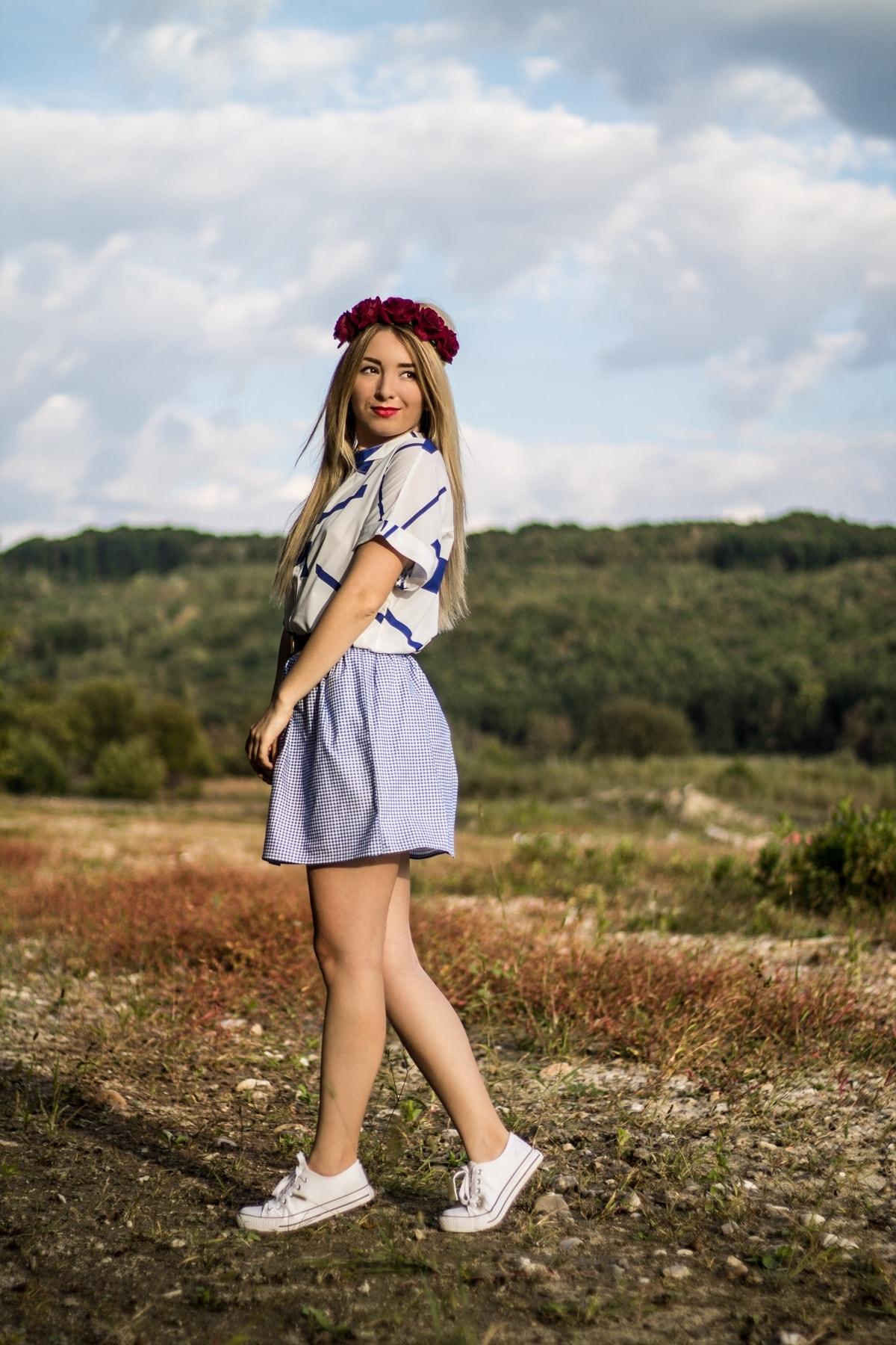 Andreea Ristea - camasa grafisme, imprimeu alb cu albastru, fusta carouri scolare, shooting boemian