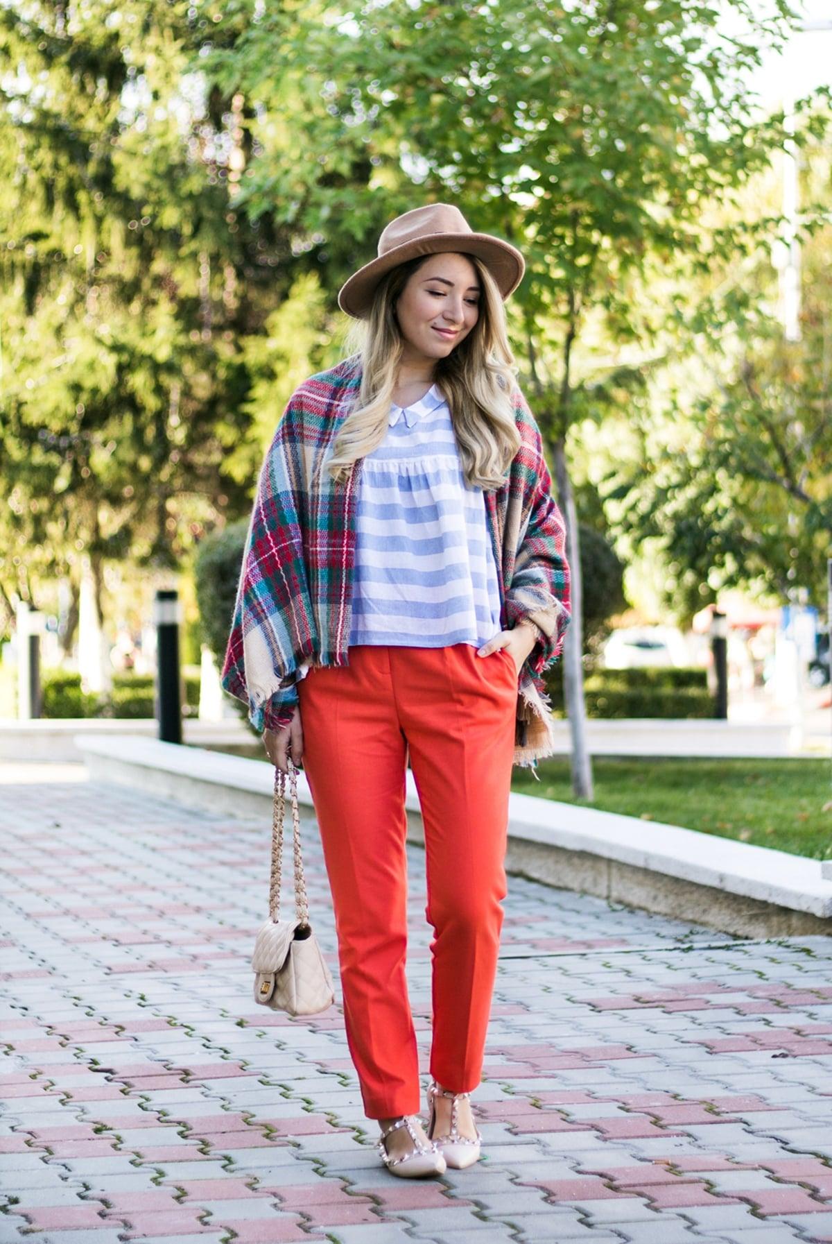 Tinuta de toamna: esarfa carouri, bluza babydoll, pantaloni portocalii, palarie camel