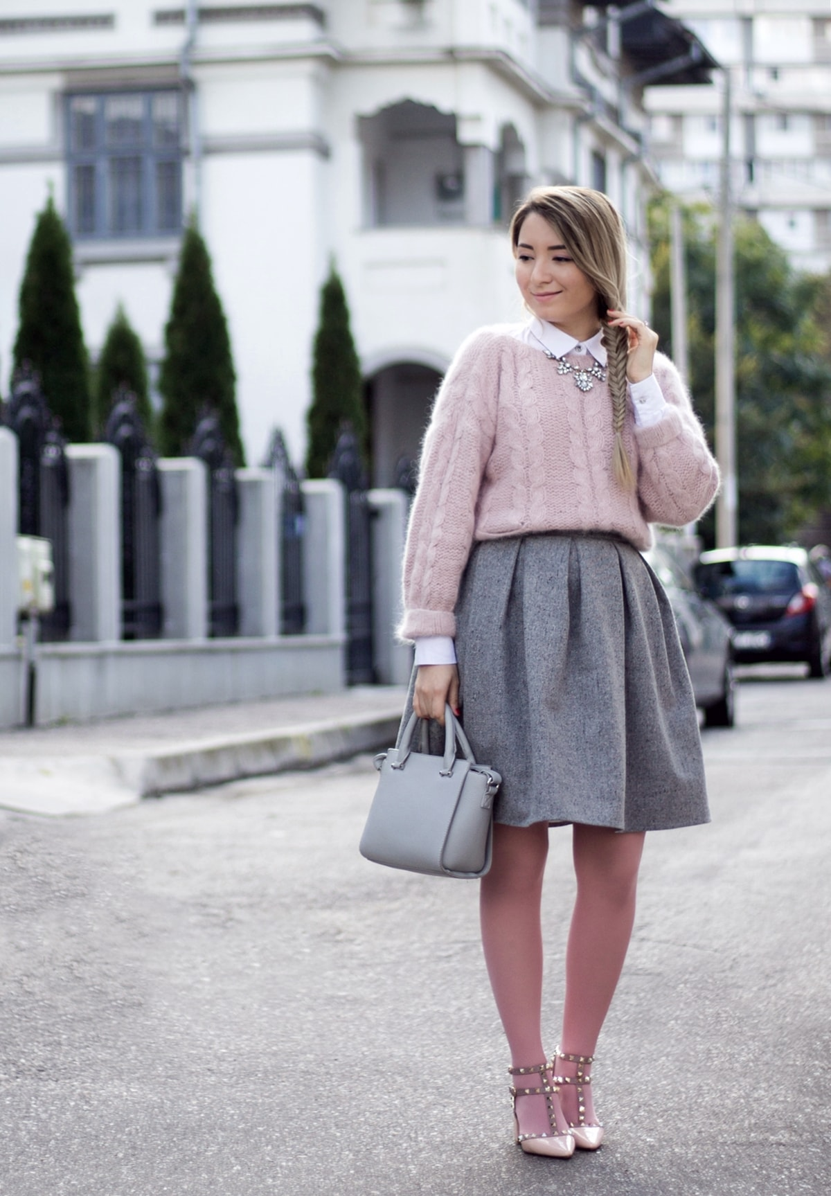 Street style: grey pleated skirt, pink tights, soft pink sweater, autumn pastel look, andreea ristea, fashion blogger