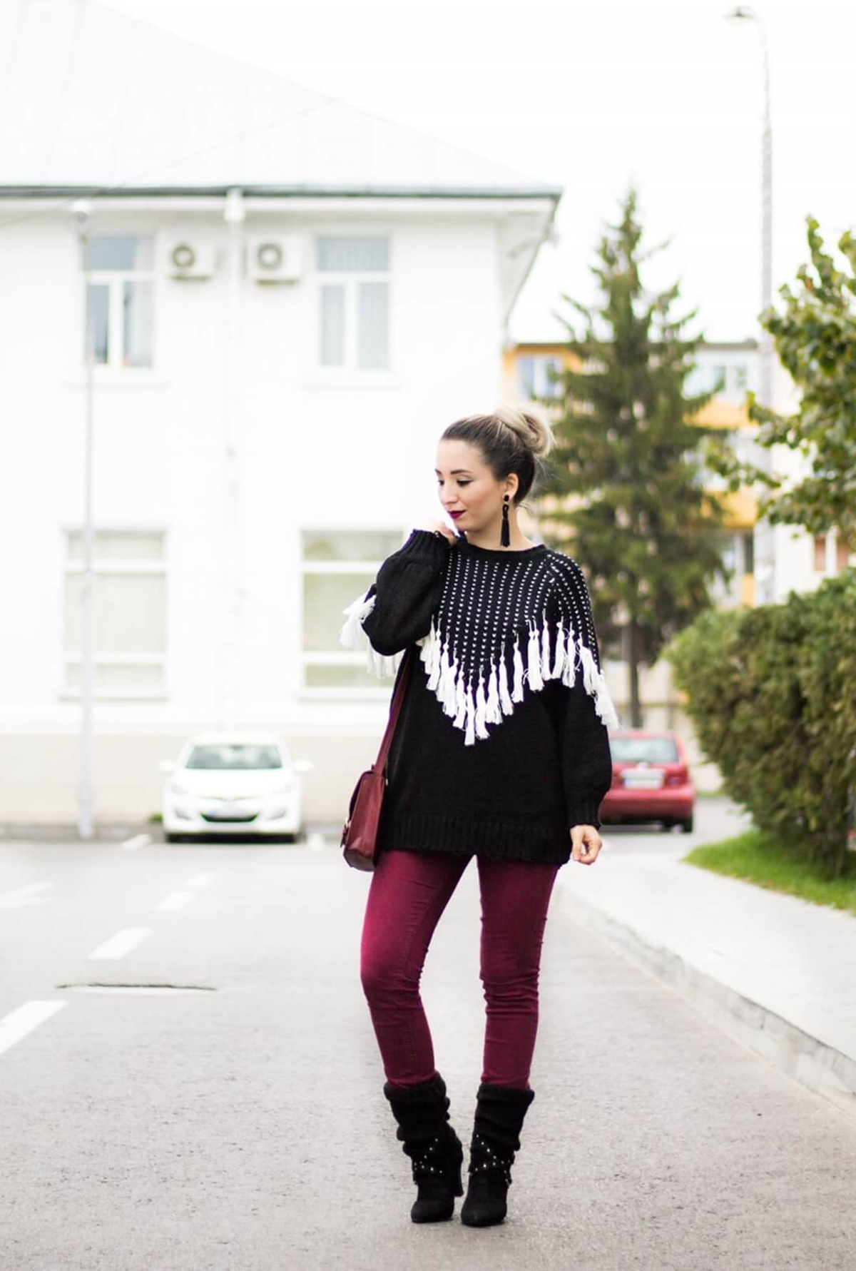 Street style: tassels sweater, black and white, burgundy skinny jeans, pants, burgundy bag, tassel earrings, zaful, fashion blogger andreea ristea, black boots